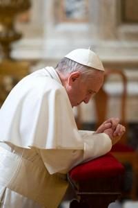 Pape-François-en-prière