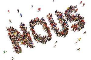 Personnes vues de hautqui se rassemblent et forme le mot NOUS