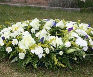 bouquet de fleurs déposé sur l'herbe