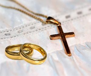 robe de bapteme avec une croix et des alliances en or