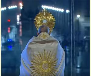 pape françois portant saint sacrement